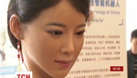 Дівчина-робот зі штучним інтелектом вразила відвідувачів виставки в Пекіні