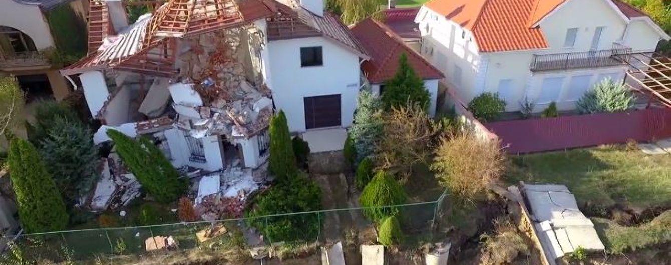 У Чорноморську зняли з дрона, як елітні маєтки на узбережжі сповзають у море
