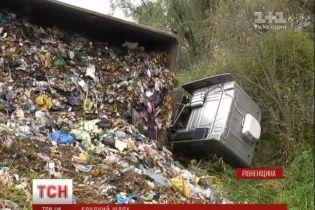 Фура з 20 тоннами львівського сміття перекинулася дорогою до Києва