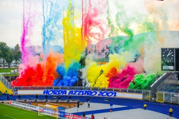 Німецькі фанати влаштували різнокольорове димове шоу під час матчу