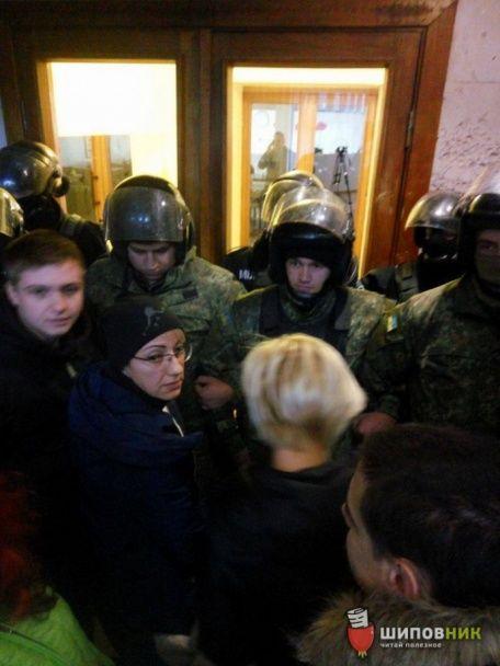 У Миколаєві сталася сутичка між активістами та учасниками проросійського форуму в ОДА