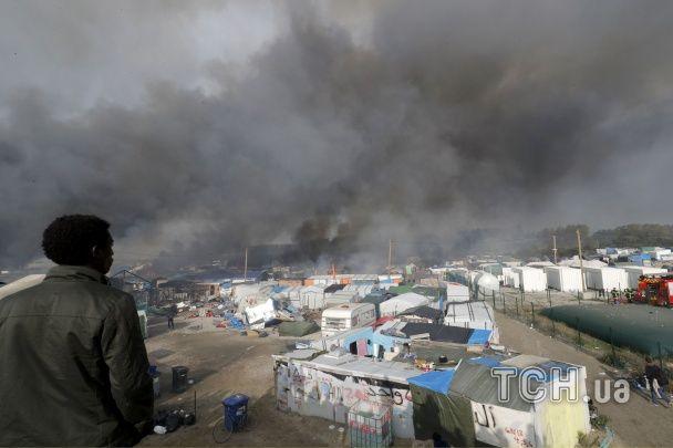 """У Франції згорів велелюдний табір біженців: куди відправлять мігрантів з """"Джунглів"""". Інфографіка"""
