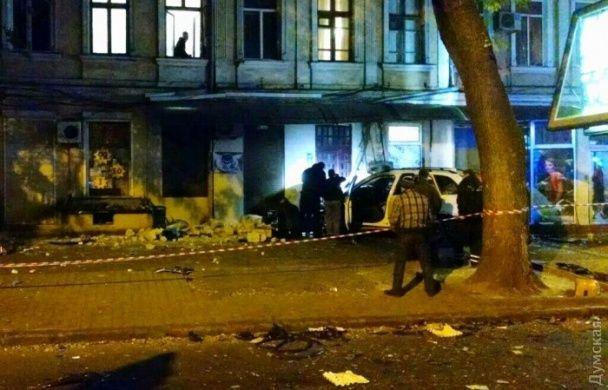 """Смертельна ДТП в Одесі: """"BMW"""" зіткнувся з """"Москвичем"""", зніс людей на зупинці і влетів у будинок"""