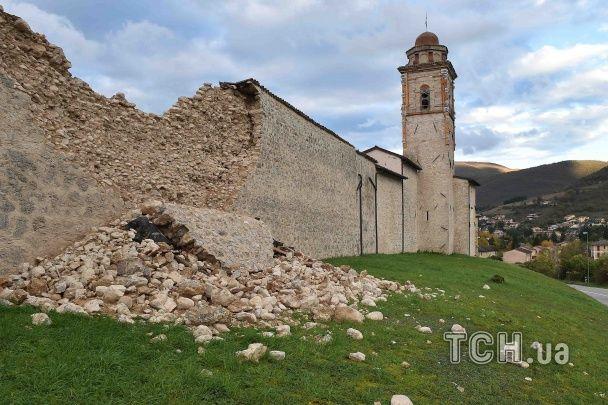 Руйнівні землетруси в центральній Італії залишили людей без домівок та зв'язку