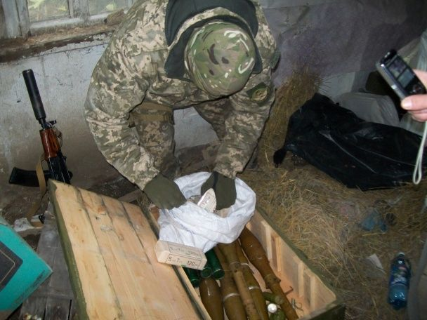 На Луганщині виявили будинок із великою кількістю вибухівки та військової зброї