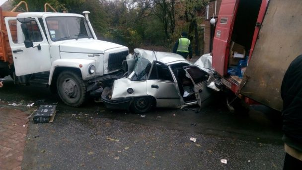Масштабна ДТП у Вінниці: вантажівка протаранила три автомобілі, вщент зім'явши легковик