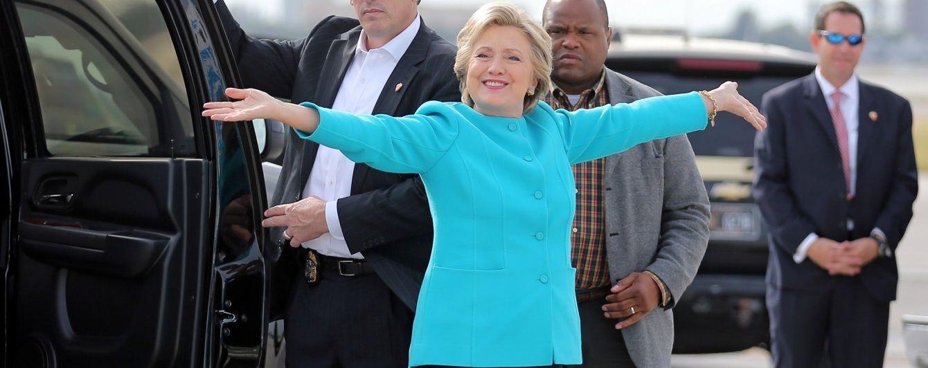 Хиллари Клинтон в голубом жакете угостила журналистов тортом на борту самолета