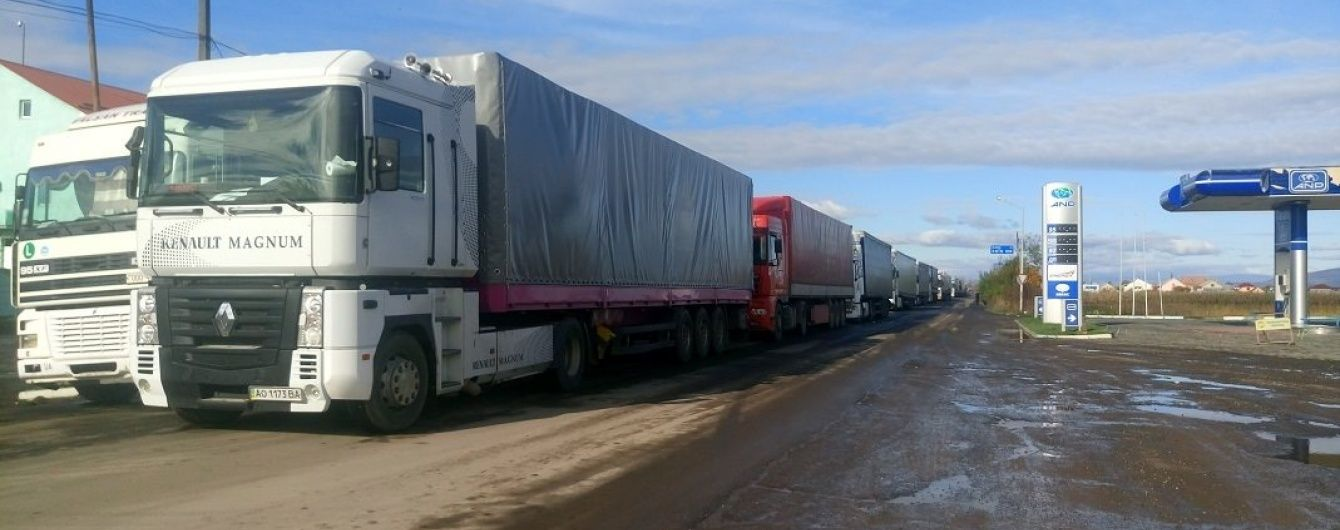 На Закарпатті біля пропускного пункту скупчилися сотні фур з Росії
