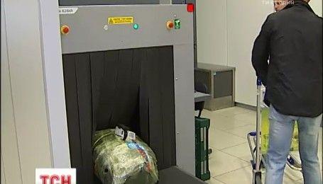 """В аэропорту """"Жуляны"""" задержали гражданку Италии, которая пыталась вывезти миллион долларов"""