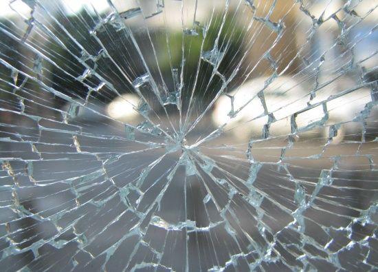 У Києві жінка-безхатько розбила скляні двері банку, щоб погрітися