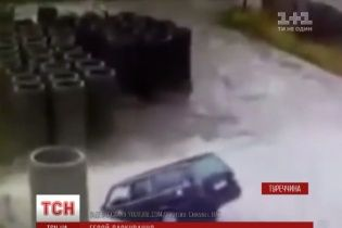 Турецький водій сплутав басейн із калюжею і втопив машину