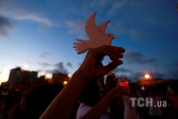Білі голуби та запалені свічки. У Колумбії люди вийшли на демонстрацію проти насилля над жінками