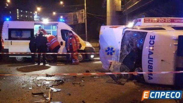 У Києві на перехресті авто Dacia влетіло у швидку: водій легковика загинув, лікарі травмовані
