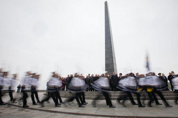 Річниця визволення України від нацистів. Порошенко поклав квіти біля меморіалу Вічної Слави