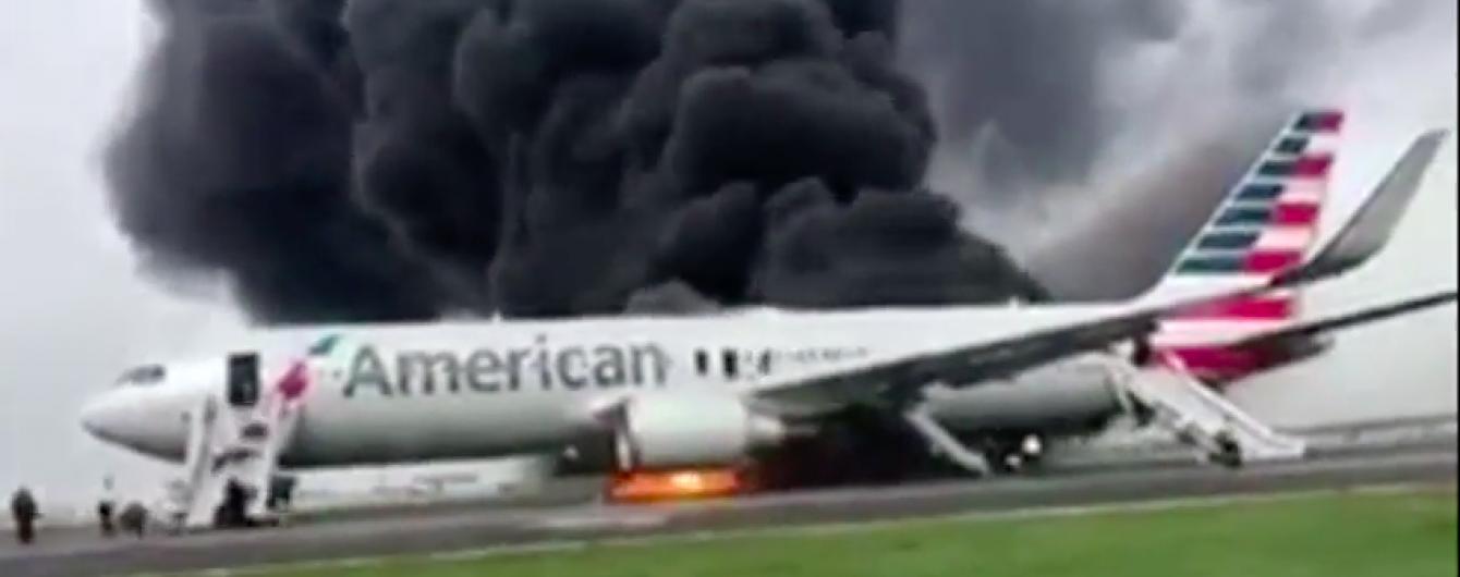 У Чикаго вогонь охопив літак з пасажирами