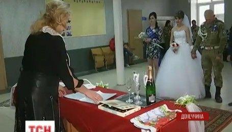 """""""Гірко"""" на фронті: на Донеччині відбулось весілля українського десантника із донбаською дівчиною"""