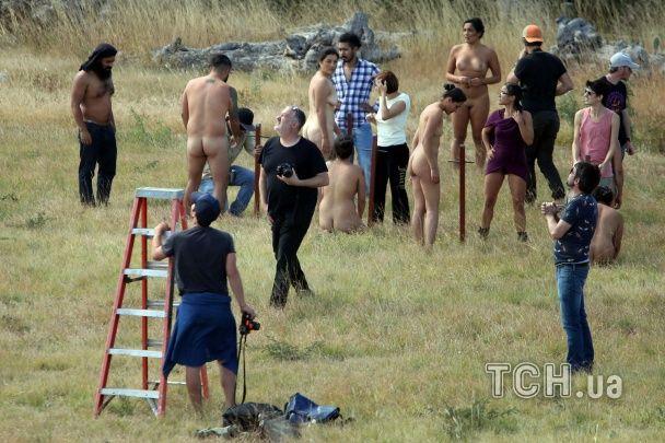 Американський фотограф роздягнув моделей і поставив їх на голову у знак протесту проти Трампа