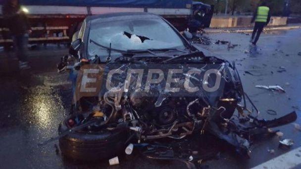 У Києві Porsche Panamera на швидкості протаранив легковик, вчавивши його у вантажівку