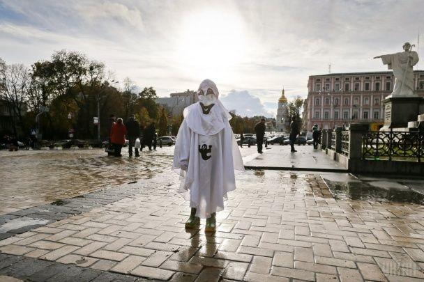 """Зомбі-парад у Києві: реалістичні """"мертвяки"""" та мисливці за нечистю зійшлися у центрі столиці"""