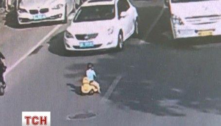 Полицейский в Китае спас ребенка от смерти на проезжей части