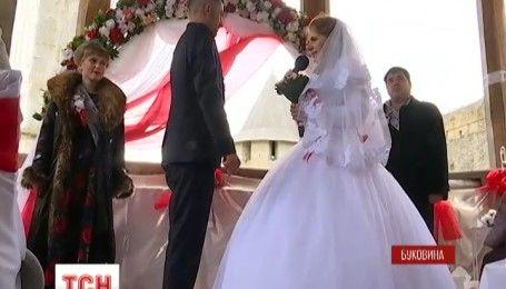 Платье вместо формы: на Буковине поженились военнослужащие горно-штурмовой бригады