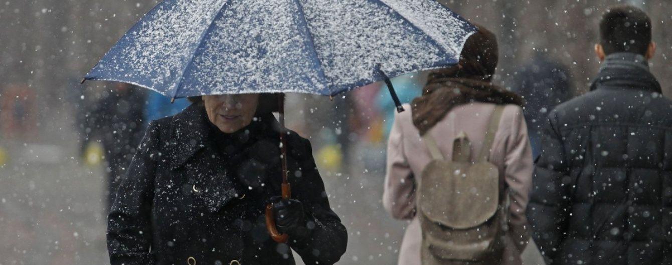На Україну насуваються мокрий сніг та дощі, а в Карпатах уночі буде до 8 градусів морозу