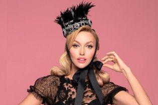 Изысканная Оля Полякова подчеркнула пышную грудь обтягивающим платьем
