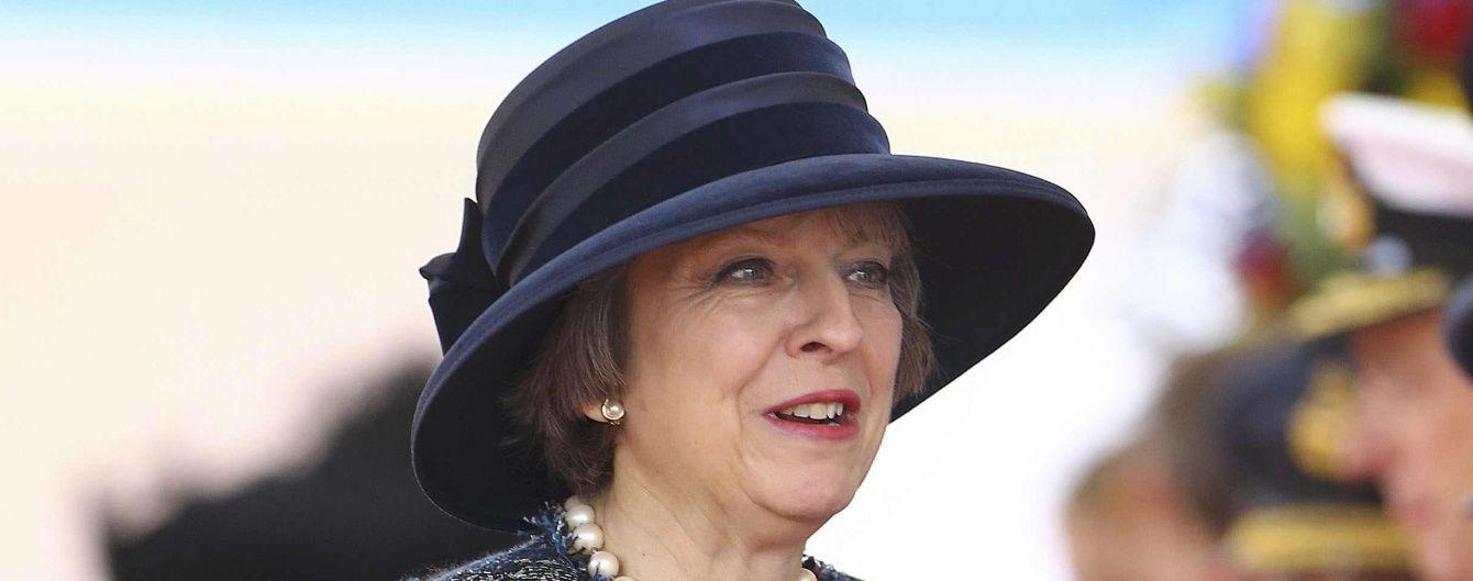 В экстравагантной шляпке и старых туфлях: премьер-министр Великобритании на встрече с Елизаветой II