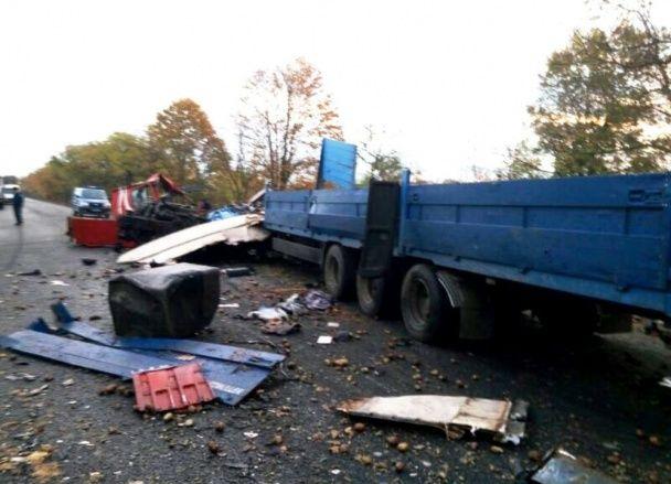 На Одещині потужно зіткнулись вантажівки: у купі металобрухту загинули люди
