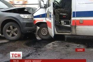 У Харкові швидка з військовими лоб у лоб зіткнулась з позашляховиком