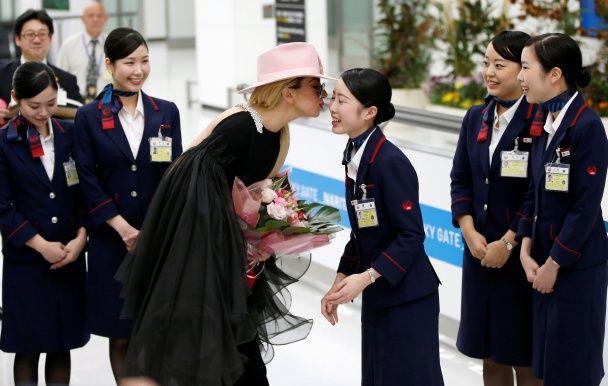 Найяскравіші фото дня: святкування Геловіна, новий китайський винищувач