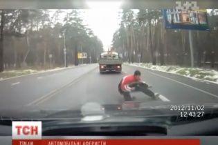 В Україні почастішали випадки шахрайства, коли аферисти кидаються під колеса автомобілів