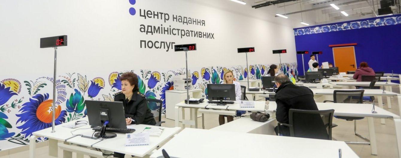 """Аферисты в Киеве """"освоили"""" продажу мест в очередях за биометрическими паспортами"""
