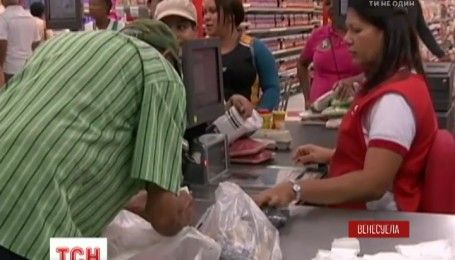 Мешки вместо кошельков: в Венесуэле продавцы начали взвешивать купюры при оплате за товары