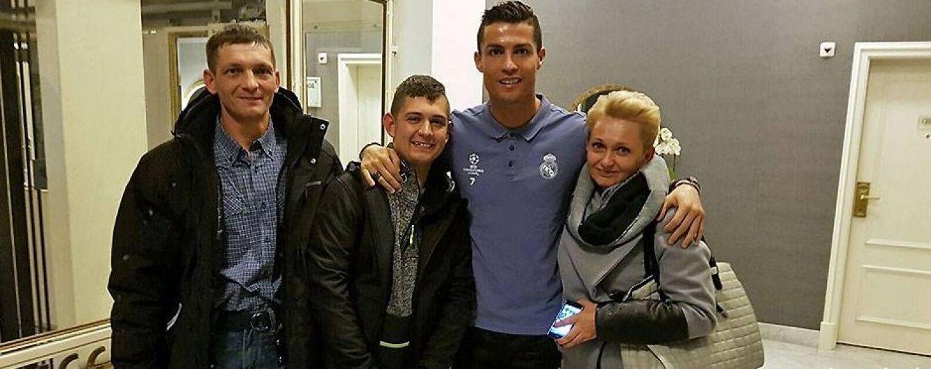 Роналду зустрівся у Польщі із хлопцем, якому допоміг вийти з коми