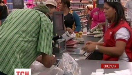 В венесуэльских магазинах начали взвешивать купюры при оплате за товары