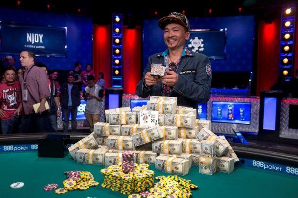 Найяскравіші фото дня: засніжений Київ, чемпіон світу з покеру, меса поблизу Мосула