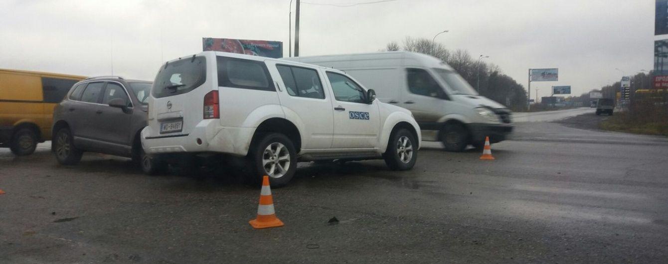 У Харкові позашляховик протаранив авто ОБСЄ, є постраждалі