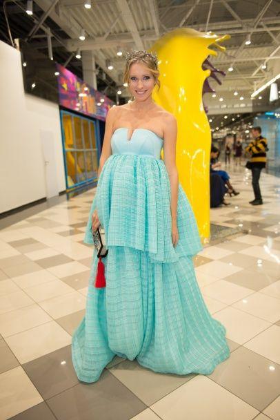 Тіна Кароль у спокусливій сукні стала господинею вечора на балу