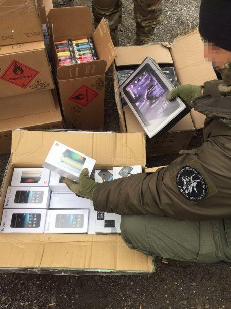 Смартфони, планшети та одяг. Бойовикам незаконно везли товарів на кілька мільйонів гривень