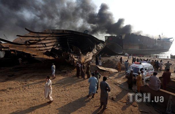 У Пакистані три дні горить нафтовий танкер: десяток вибухів, 18 загиблих та півсотні поранених