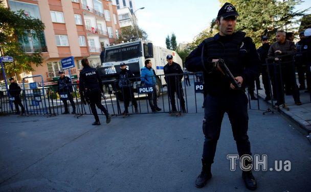 Потрощені вікна, розбиті авто. Наслідки потужного вибуху біля поліцейської дільниці у Туреччині