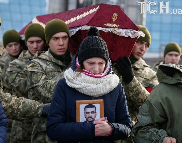 На Майдані на колінах провели в останню путь загиблих айдарівців Сергія Кочетова й Миколу Саюка