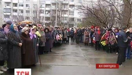 На Житомирщине сотни людей пришли проститься с воином Юрием Сирыком