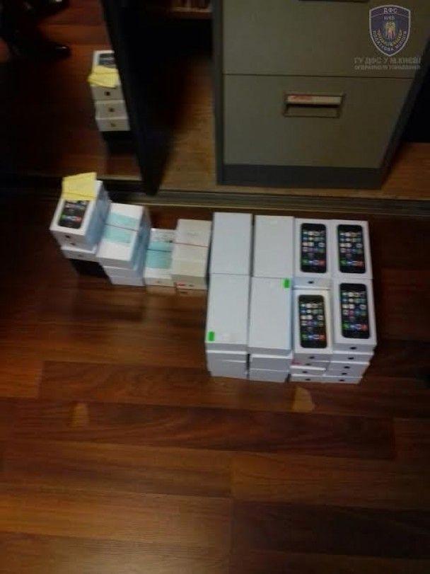 Поліція конфіскувала незаконної продукції Apple на 4 млн грн