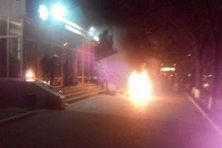 У Черкасах із запаленими шинами та штовханиною протестують проти нового начальника поліції