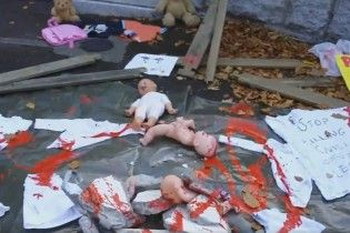 В Ірландії посольство Росії закидали закривавленими ляльками