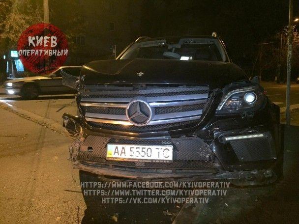 У Києві молодики на Mercedes на великій швидкості зіткнулись з двома авто та намагались втекти