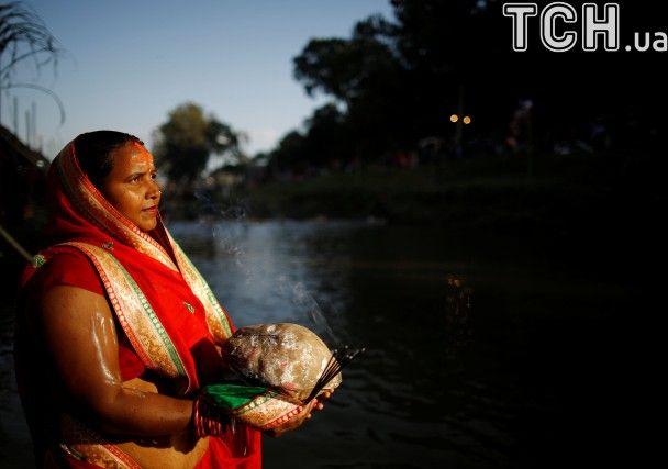 Непальці фестивалять на честь бога Сонця, годинами молячись у воді