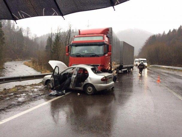 Смертельне зіткнення: на Львівщині вантажівка не розминулася з легковиком